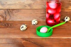Pickled descascou os ovos de codorniz cozidos, rosa manchado pela beterraba raspada imagem de stock