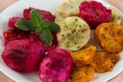 Pickly poires mûres fraîches d'un plat blanc photos libres de droits