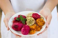 Pickly poires mûres fraîches du plat blanc d'un plat qui est tenu dans des mains, fond blanc images libres de droits