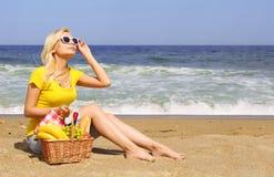Picknick auf dem Strand Blonde junge Frau Stockfoto