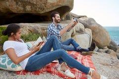 Picknick auf den Felsen Lizenzfreies Stockbild