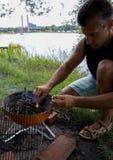 Picknick auf der Flussbank im Sommer Lizenzfreie Stockfotos