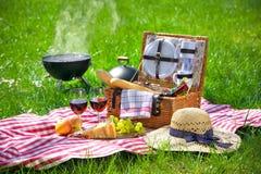 Picknick auf einer Wiese stockbilder