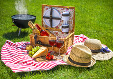 Picknick auf einer Wiese lizenzfreie stockfotos