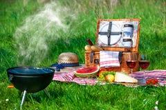 Picknick auf einer Wiese lizenzfreies stockfoto