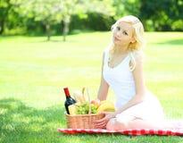 Picknick Blonde junge Frau mit Korb Stockfotos