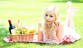 Picknick Blonde junge Frau mit Korb Stockbilder