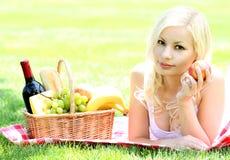 Picknick Blonde junge Frau mit Korb des Lebensmittels Lizenzfreie Stockbilder