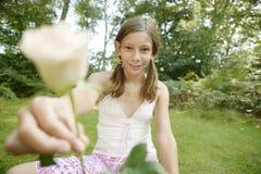 Picknick, das Rose anbietet Stockfotos