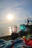 Picknick in der Sonne durch das Meer stockbild
