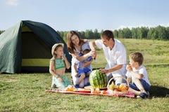 Picknick draußen mit Lebensmittel Lizenzfreies Stockbild