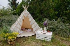 Picknick in einem Zelt Stockfotografie