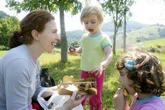 picknick för deltagare för födelsedagchokladfamilj Arkivbild