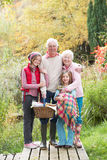 picknick för korgbarnbarnmorföräldrar Arkivfoton