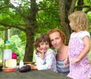 picknick för park för dotterfamiljmoder utomhus- Royaltyfri Foto