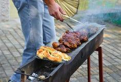Picknick in het platteland: barbecue met pittabrood royalty-vrije stock foto's