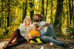 Picknick i natur F?renat med naturen Familjdagbegrepp E royaltyfri fotografi