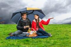 Picknick i regnet arkivbilder