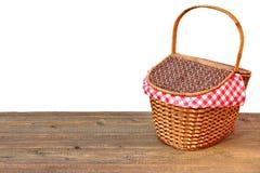 Picknick-Korb auf der hölzerne Tabelle im Freien lokalisierten Nahaufnahme Stockfotografie