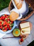 Picknick-Lebensmittel mit frischem Brot auf einem Rausschmiß Stockfotografie