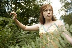 Picknick-Mädchen, das durch Wald geht Stockfotografie