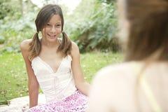 Picknick-Mädchen, die im Wald sprechen Lizenzfreie Stockbilder