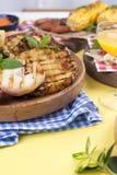 Picknick med grillad mat Korvar och havre på grillfest, räka, grönsaker och frukter Läcker sommarlunch- och plast-disk royaltyfri fotografi