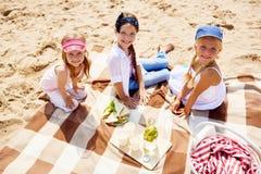 Picknick på sand arkivfoto