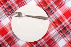 Picknick. plaat op het tafelkleed Stock Foto