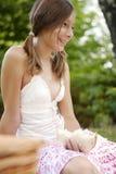 Picknick-Portrait des Mädchens Sandwich essend Lizenzfreies Stockfoto
