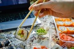 Picknick Sushi draußen an einem Sommertag Stockbilder