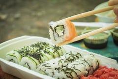 Picknick Sushi draußen an einem Sommertag Stockfotografie
