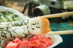 Picknick Sushi draußen an einem Sommertag Lizenzfreie Stockfotografie