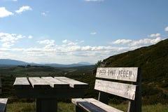 Picknick-Tabelle in den Bergen Lizenzfreies Stockfoto