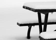 Picknick-Tabelle im Winter Lizenzfreies Stockfoto