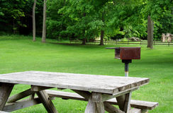 Picknick-Tabelle und Grill im Park Stockbild