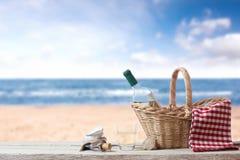 Picknick voor één persoon bij het overzees Stock Afbeelding