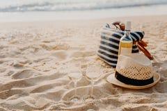 Picknickbakgrund med påsen, druvan och vitt vin vid det blåa havet royaltyfri foto