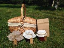 Picknicken Sie im Park an einem sonnigen Tag des Sommers Stockbild