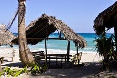 Picknickhütten auf Strand Lizenzfreie Stockbilder