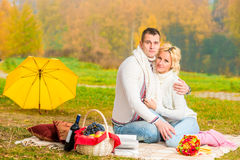 Picknickherbsttag Glückliche Paare Stockfotos