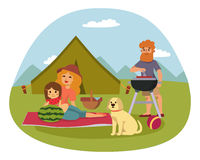 Picknickinställningen med grillfesten för korgen för korgen för ny mat som vilar folk för familj för par- och sommarmålparti, äte Royaltyfria Bilder