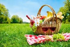 Picknickinställning på äng Arkivfoto
