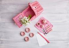 Picknickkaart met lijst het plaatsen en sneeuwklokjes, met leeg notadocument, tafelzilver, roze en wit geruit servet stock fotografie