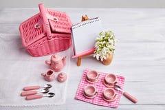 Picknickkarte mit Gedeck und Schneeglöckchen, Tafelsilber, stockbild