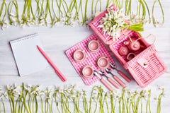 Picknickkarte mit Gedeck und Schneeglöckchen, Tafelsilber, weiße überprüfte Serviette des Rosas stockbilder