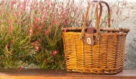 Picknickkorb auf dem Tisch Lizenzfreies Stockbild