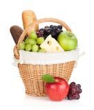 Picknickkorb mit Brot und Früchten Stockfoto