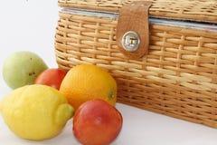 Picknickkorb mit Frucht lizenzfreie stockfotografie
