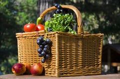 Picknickkorb mit Herbstfrüchten Stockbild